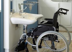 salle de bain lavabo elevateur 300x217 Salle de Bain à mobilier adapté